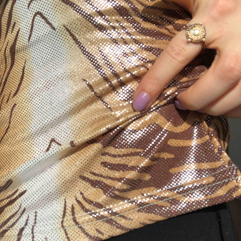 Glittrig topp i halterneck modell, storlek S frakt är inkl i priset 🌸. T-shirts.