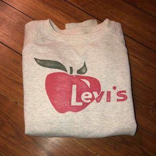 Levis sweatshirt  Storlek xs  Väldigt sparsamt använd  Kan mötas upp i centrala stockholm eller frakta (köparen står då för frakten) 😄
