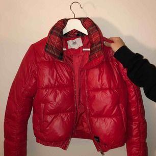superfin röd jacka med lite glans. Nästintill ny använd ca 4ggr , storlek M men sitter som S. Plussa till 63kr för frakten.
