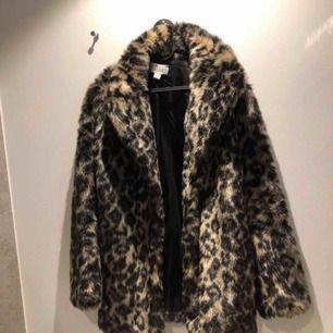 Säljer min leopardpälsjacka från Linn Ahlborgs kollektion med nakd Kommer tyvärr inte till användning och Hr inte använt den så många gånger Priset kan diskuteras 🥰