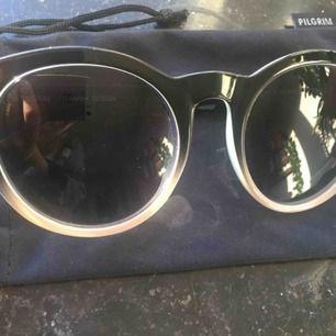 Helt oanvända solglasögon från pilgrim, uv-skydd. Supersnygga!