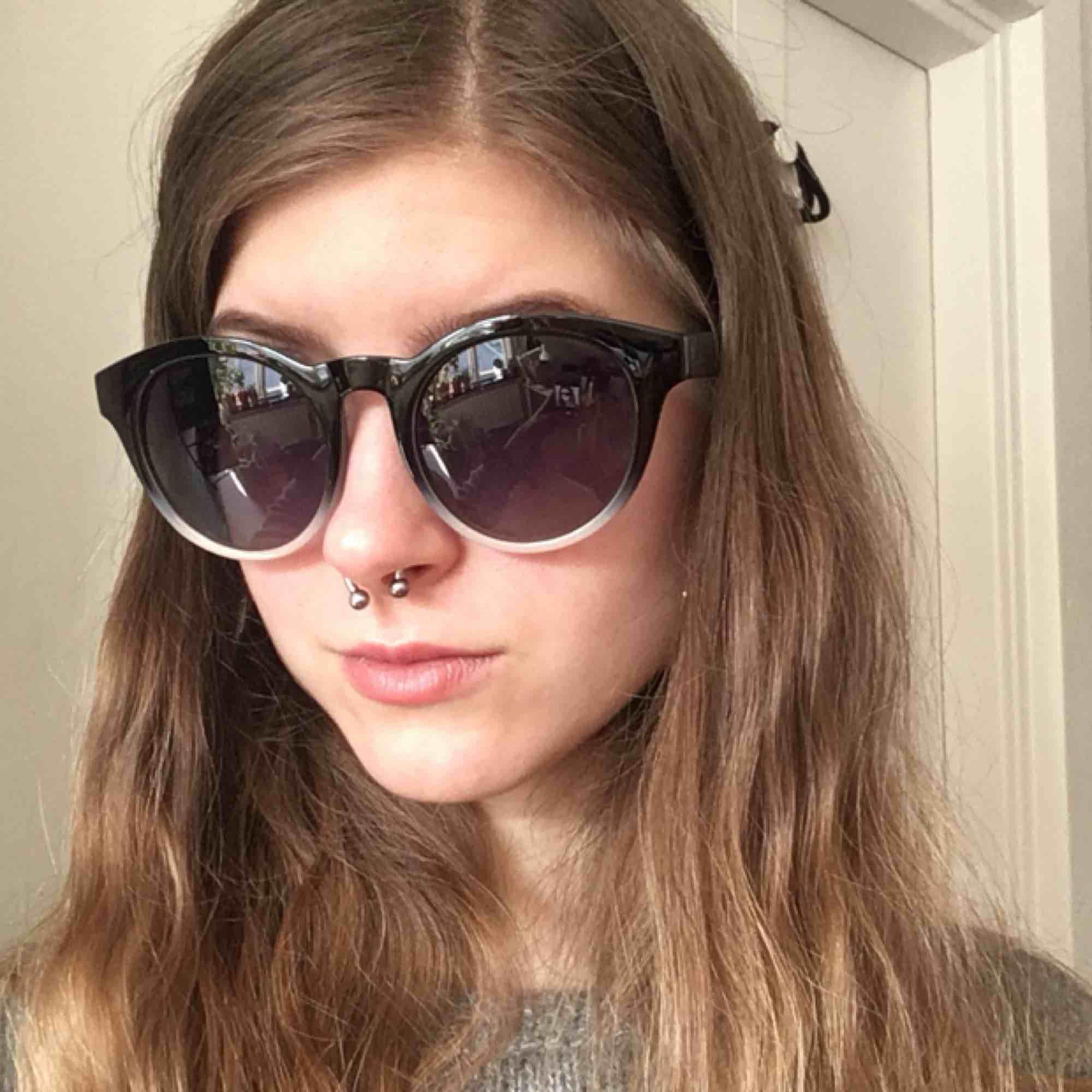Helt oanvända solglasögon från pilgrim, uv-skydd. Supersnygga!. Accessoarer.