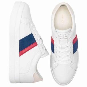 Vita Gant sneakers i strl 38, Äkta skinn/läder som gör att fötterna andas & ej blir varma i skorna. (Knappt använda så bra skick!) Nypris nu: 1349kr https://www.footway.se/aurora-g282-br-white-blue-red.html