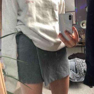 Säljer denna fina shorts/kjol från Pull&Bear på grund av att den inte kommer till användning. Den är aldrig använd så i super skick, midjan är justerbart;)