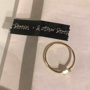 Jättefin guldig ring från & other stories. Helt oanvänd. Köparen står för frakt. Fraktpris är 30kr.✨