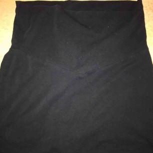 En svart snygg kjol