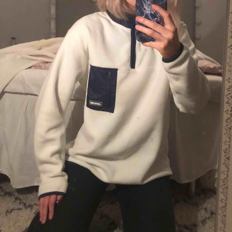 Bekväm Fleece tröja från märket Santa Cruz, som ny i skicket! Köpt för ca 900 . Huvtröjor & Träningströjor.