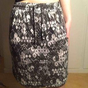 Ett par snygga kjolar som har vit mönster och det finns både storlek S och L