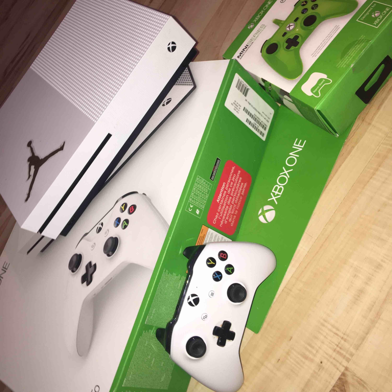 Xbox one S med 2 konsoler och forza . Accessoarer.