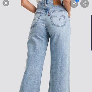 (Inkl frakt) Coola långa och vida Levi's jeans som säljs på grund av att dom inte används. Är i storlek W29 L33. Är använda max 5 gånger och är i mycket fint skick. Nypris var 1249 kr.