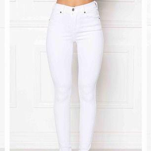 Stretchiga tighta jeans formar kroppen väldigt fint, knappt använda !