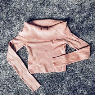 Ny och oanvänd offshoulder tröja 💕. Rensar garderoben 💕. Frakt tillkommer 44kr 🌸. Man får alltid bildbevis och postbevis av paketet😎.