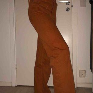 Brun/ orangea jeans från Monki