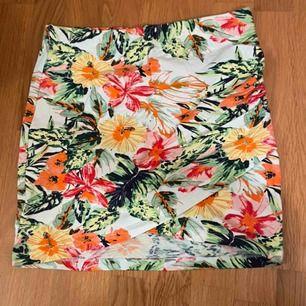 oanvänd tajt kjol från cubus! Gjord av mjukt material och håller sig på plats när man sätter sig ner:)  relativt högmidjad men det beror på hur kort man vill ha den, kan mötas upp i stockholm annars står köpare för frakt👍🏼