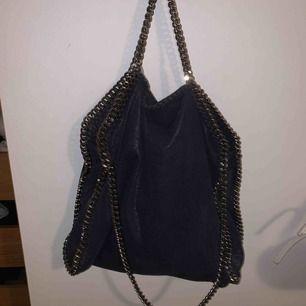 Mörkblå Stella McCartney väska, stor size (höjd 36cm-14