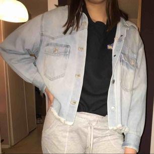 En väldigt fin levi's jeans jacka, det är i storlek xs men den är oversized så passar även S beroende på hur man vill att den ska sitta köparen står för frakt😊