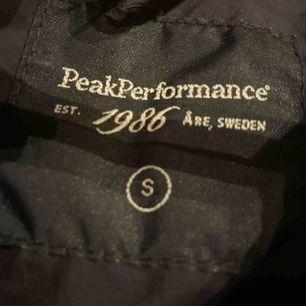 Peak Peformance dun jacka säljes ❤️ Är i bra kondition och jätte mysig, säljer den för att jag har haft den ett tag nu och använder inte den längre 😇 Bor i Järfälla så skulle kunna lämna av om köparen bor centralt, annars får köparen stå för frakten ❤️