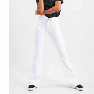 Säljer vita drdenim modell macy. Storlek S längd 30. Använda maxa 3 ggr, dvs ny skick. Skriv privat för fler bilder .