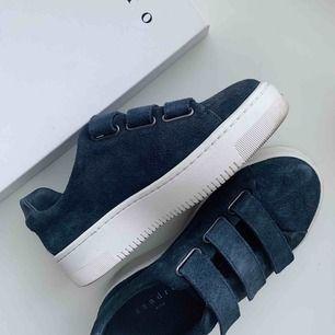 Nästan helt oanvända skor från Sandro Paris. Storlek 36. Säljs då jag har ett par likadana i en annan färg ✨