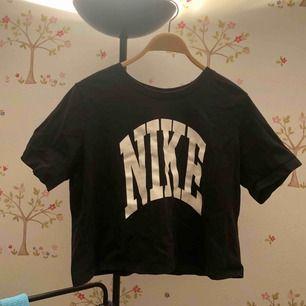 Nike tröja! Köpt för några år sen på någon sportbutik, kommer ej ihåg vilken haha. Väl använd men det syns verkligen inte, fortfarande oväntat bra skick. Står storlek L men passar mer som en M eller stor S. Möts upp i sthlm eller fraktar🌼
