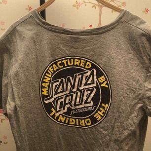Santa Cruz tröja! Köpt på Urban outfitters i London. Använt en del så trycket har blivit lite urtvättat men fortfarande jättefin. Står size 10, vilket är typ 40 eller L. Möts upp i sthlm eller fraktar🌼