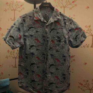 Asfin skjorta med fiskar! Trycket är verkligen premium, jättefint. Köpt på goodwill i San Francisco i somras, använd kanske två gånger av mig. Möts upp i sthlm eller fraktar🌼