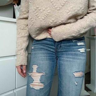 Abercrombie jeans i storlek W26 L25 med numret 2R. Modellen ska vara straight boyfriend men de är för små på mig så sitter tajt därav haha!