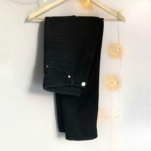 Klassiska svarta mom jeans från Monki (nypris 400kr) som legat i garderoben sedan de köptes då jag växte ur dem nästan direkt :)