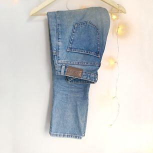 Ett par blåa mom jeans som funkar till det mesta! Är för små för mig, så förhoppningsvis hittar de ett par nya ben att sitta på ;)