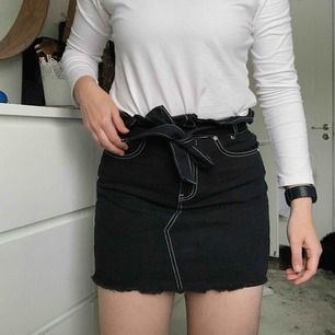 Helt ny och oanvänd jeanskjol från missguided. Storlek 36. Nypris: 300kr