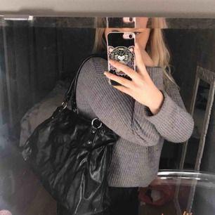 Håller på att rensa ut alla mina väskor. Detta är en märkesväska från Esprit som är i en fin svart färg med en snygg rosa röd färg på insidan. 155kr och frakten ingår + det är spårbart så du ser vart paketet är någonstans.