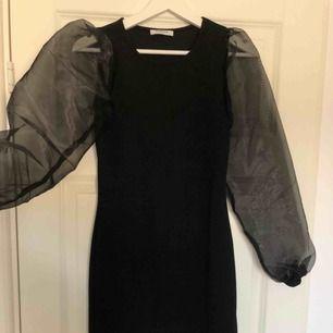 Säljer denna superfina klänning då en inte kommer till användning. Har endast använts vid ett tillfälle, frakt ingår inte i priset.