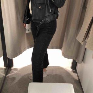 Säljer mina populära mom jeans från zara i svart/grå. Sjukt bekväma och varit mina absoluta favoriter men har ingen användning av de längre.