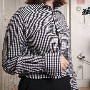 Rutig skjorta använd en gång utav mig. Har sytt upp den när nere så den är lite kortare. Storlek M och visas på mig med storlek M vanligtvis :)👍