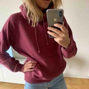 Vinröd hoodie, använd men fint skick! Mycket fin färg!