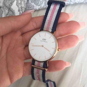 Jätte fin Daniel Wellington klocka, använd några gången men färgen passar ej mig där av varför jag säljer den, kom gärna med förslag på priser :)