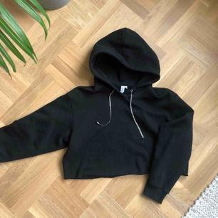 Svart croppad hoodie från & Other Stories. I fint skick. Frakt 30kr (betalas av köparen)
