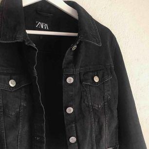 Avklippt svart/grå jeansjacka från Zara, jättebra skick💞💛💓🧡💖💗💓