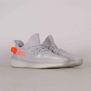 Har ett par yeezy 350 v2 tail light i storlek 45 1/3.  Köpta från adidas hemsida på releasen (22/02-2020).  Frakt tillkommer.  Mer bilder kommer.