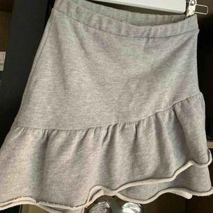 En super fin kjol ifrån pull & bear💕 Storlek S men passar även Xs mycket bra. Använd ett fåtal gånger så den är i väldigt bra skick!!