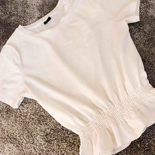 Vit s-shirt från ginatricot   Knappt använd, köpt i somras.  Kan mötas upp i Stockholm annars tillkommer frakt🌟  Hör av dig för fler bilder!