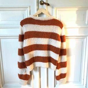 Stickad tröja från chiquelle med prislappen kvar, bilderna är lite missvisande till färgen som är mer ljusbrun/orange.