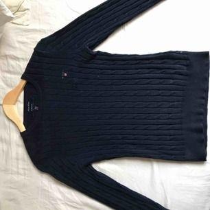 """Klassisk """"Stretch Cotton Cable Crew tröja"""" från gant, marinblå & endast använd 2 gånger och därmed i nyskick. Den är i stl xs men rätt stretchig och formar sig efter kroppen☺️ Köptes för 1300kr förra månaden"""