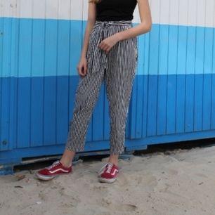 Randiga byxor med knytning från Zara storlek S. Nästan aldrig använda.💕Köparen står för frakt💓