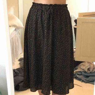 Svart mönstrad knälång kjol från Asos!