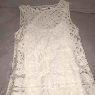 Fin spetsklänning från Kappahl i storlek 36.  Använd endast en gång på skolavslutning. Frakt tillkommer och betalning via Swish