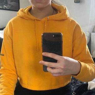 Oanvänd lite kortare orange hoodie.