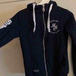 Mysig mörkblå hoodie med dragkedja!🖤