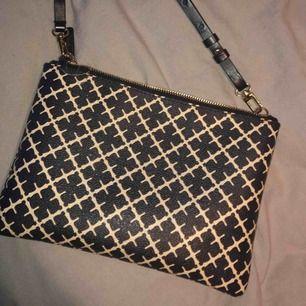 Säljer nu min älskade Malene Birger väska, i fint skick med orginalband ä. Lite märken från blyertspenna inuti men går mest troligt att ta bort