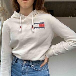 Säljer denna stilrena Hilfiger hoodien i storlek xs. Den är i bra använt skick. Köparen står för frakt💙